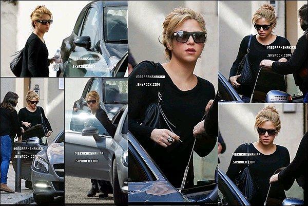 3 mars 2015 : Shakira sortant de chez elle pour se rendre dans une clinique esthétique à Barcelone
