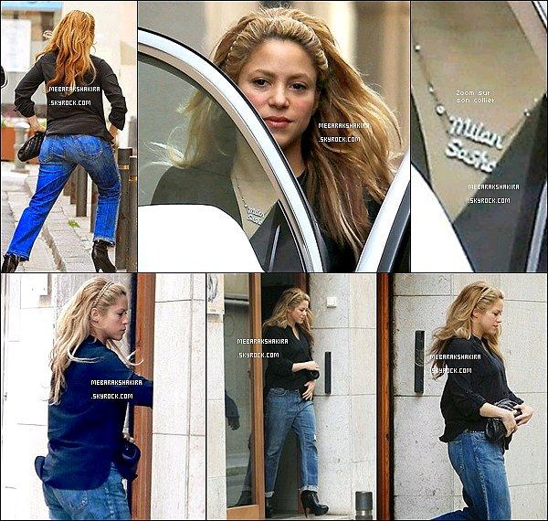 19 mars 2015 : Mademoiselle Shakira est allée à un salon de cosmétique à Barcelone + Comme vous pouvez le constater, la belle porte le prénom de ses deux enfants : Milan & Sasha autour de son cou
