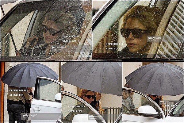 24 mars 2015 : Shakira allant à sa voiture - sous la pluie - à Barcelone