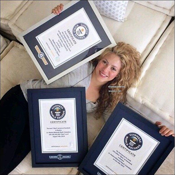 20 avril 2015 : Shakira a posté une nouvelle photo d'elle surTwitter avec les certificats de ses 3 records.  Je viens de recevoir mes 3 Guinness World Records ! J'ai décidé de me détendre à côté d'eux dans le canapé