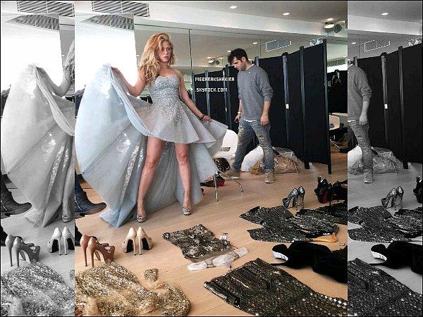 7 mai 2015 : Shakira a posté une nouvelle photo d'elle sur Twitter portant une superbe robe à paillettes S. a mis en légende du tweet : jouant avec ma robe ! Les robes au sol ont l'air vraiment magnifiques ! Hâte de voir plus de photos...!