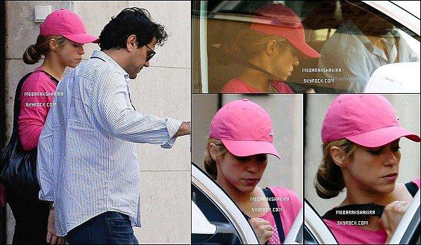 """25 mai 2015 : Shakira s'est fait interviewé pour promouvoir son nouveau parfum Rock by Shakira Agustina, la journaliste a apprécié l'interview avec la belle et a qualifié Shakira sur Twitter de """"déesse , sensible, intelligent et super cool"""""""