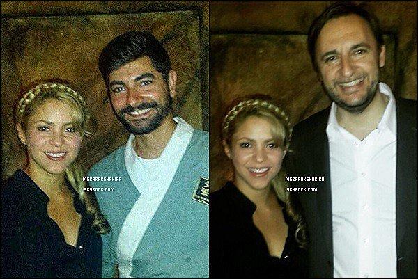 3 Juin 2015 : Shakira a pris des photos avec des fans dans un restaurant à Barcelone Mademoiselle Mebarak était tellement magnifique avec sa petite tresse ! Un vrai rayon de soleil comme à son habitude :)