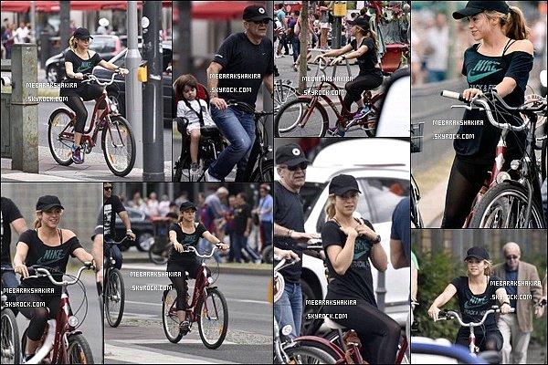 6 Juin 2015 : Shakira a fait un petit tour en vélo avec ses beaux-parents dans la capitale allemande La tenue de sport de Shakira est super ! J'aime beaucoup son leggings avec une part de transparence, elle a l'air d'être en forme !