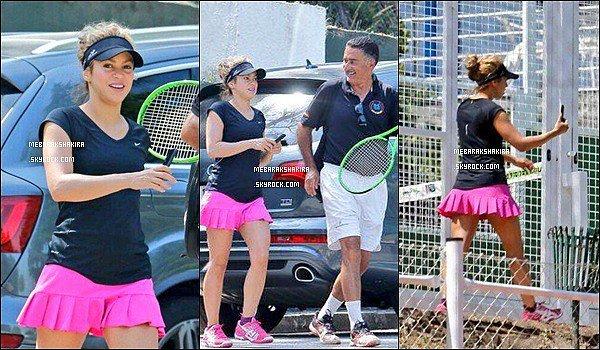 27 Juin 2015 : Shakira est allée jouer au tennis. Elle est adorable avec sa petite jupe rose !