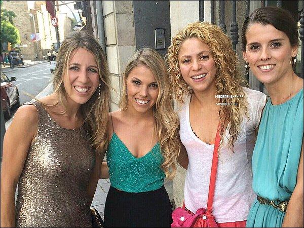 25 Juillet 2015 : Shakira a pris une photo avec des fans dans les rues de Barcelone
