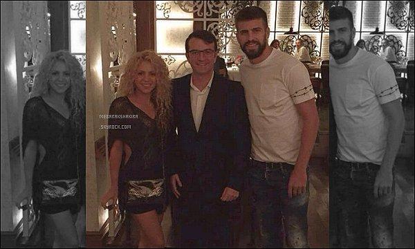 28 août 2015 : Shakira & Gerard ont pris une photo avec un fan dans un restaurant à Barcelone S. était superbe comme à son habitude !! On ne voit pas très bien sa tenue au complet mais elle a tout de même l'air très jolie