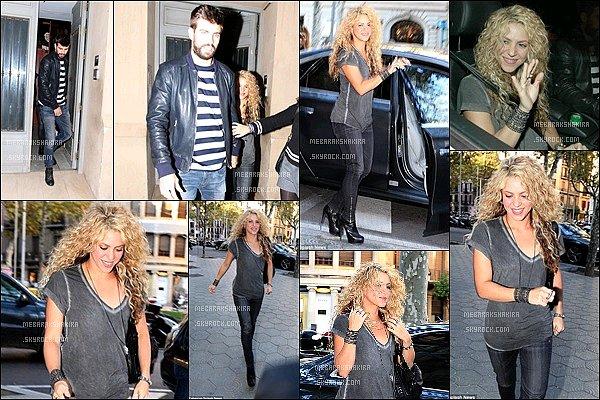 15 Octobre 2015 : Shakira a rencontré des fans lors de la présentation de son nouveau jeu LOVE ROCKS Elle était toute jolie et très naturelle. J'aime bien son T-shirt gris et ses beaux cheveux bouclés ! Le jeu Love Rocks vous tente ?
