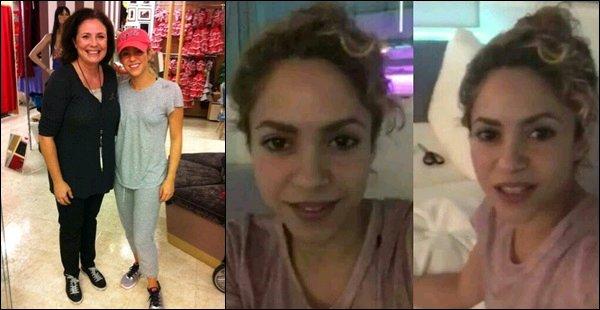 13 août 2017 : Shakira a pris une photo avec une fan dans les gradins du Camp Nou à Barcelone Notre colombienne préférée est encore une fois magnifique ! J'aime beaucoup ses cheveux relevés et son maquillage naturel.