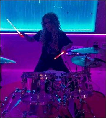13 Octobre 2017 : Shakira a posté une nouvelle vidéo sur Instagram en compagnie de son équipe beauté Vidéo sur un air de Perro Fiel, Shakira est adorable ! Elle est à fond dans les préparatifs pour l'EL DORADO WORLD TOUR.