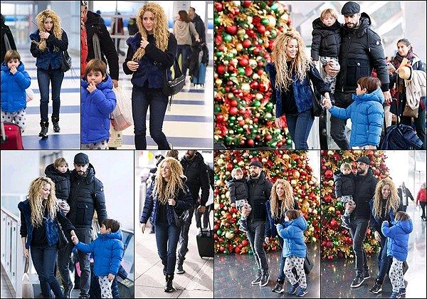 24 décembre 2017 : Shakira, Gerard et les garçons ont été vu arrivant à l'aéroport de New York Quelle magnifique petite famille, ils sont vraiment adorables tous les quatre, j'adore les photos devant le sapin de noël *__*