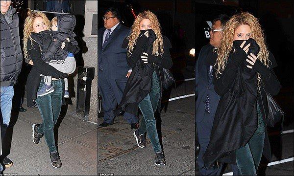 26 décembre 2017 : Shakira, Gerard et les garçons ont été vu à la sortie d'un restaurant à New York  Shakira est vraiment superbe avec ses cheveux bouclés, j'aime beaucoup son pantalon avec sa veste, tenue au TOP