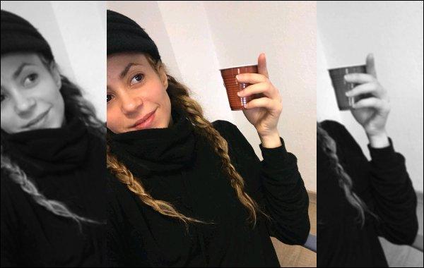 """4 février 2018 : Shakira a posté une nouvelle vidéo chantant """"Karma police"""" de Radiohead sur les réseaux sociaux Quel plaisir de la revoir chanter ! Elle semble avoir presque complètement retrouver sa belle voix. Très belle interprétation :)"""