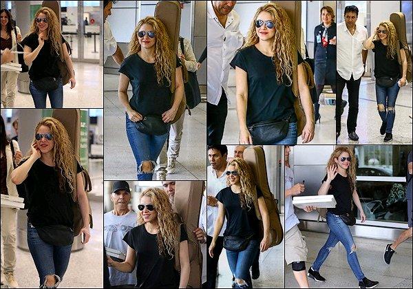 5 mars 2018 : Shakira et sa famille ont été apperçu dans la boutique M&M's World de Londres Shakira et Gerard ont pris quelques photos avec des fans dans la capitale anglaise. Shakira est adorable ! :)