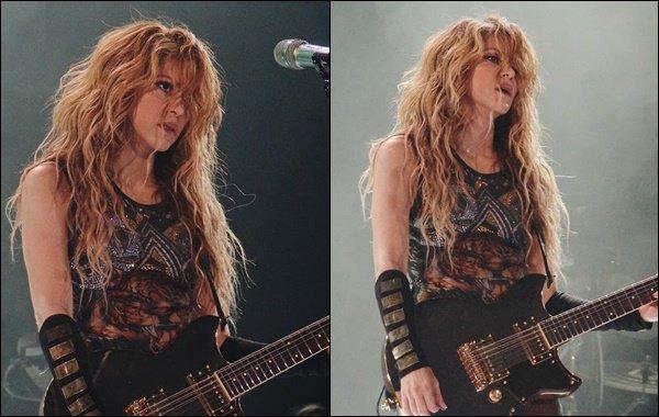 6 Juillet 2018 : Shakira a pris quelques photos avec des fans avant de donner un concert à Barcelone Cette petite fan est juste trop craquante et très chanceuse également !! Shakira a encore une fois enflammé la scène :D