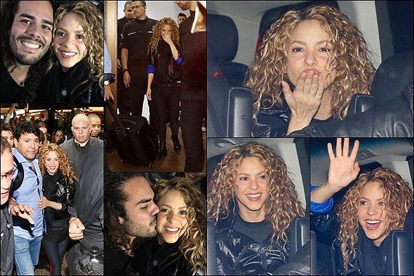 20 Octobre 2018 : Shakira a été vu lors de son arrivée à l'aéroport de Sao Paulo au Brésil Shakira était radieuse, j'aime beaucoup sa tenue. Elle a toujours du temps à consacrer à ses fans *__*