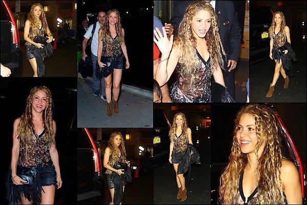 9 août 2018 : la divine Shakira a été vu très souriante se rendant à son hôtel à New York Shakira est toute jolie, j'aime assez sa tenue, très pratique et confortable pour voyager, un TOP pour l'occasion :)