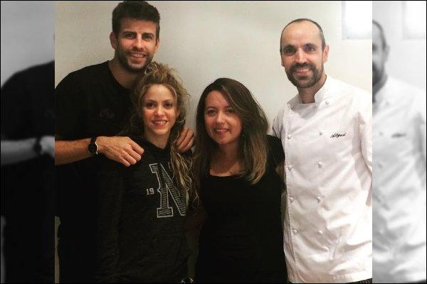 30 septembre 2018 : Shakira et Gerard ont pris une photo avec des fans dans un restaurant à Barcelone Ils sont beaux tous les deux. Shakira est toute mignonne au naturel, j'aime bien son sweat, tenue simple et confortable :)