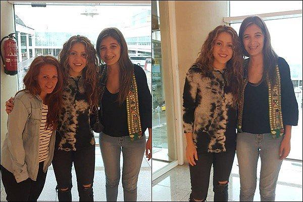 11 Juin 2019 : Shakira a pris quelques photos avec des fans à l'aéroport de Barcelone Elle est toute jolie, j'aime bien son tee shirt délavé ainsi que son jean troué, elle était superbe encore une fois :)