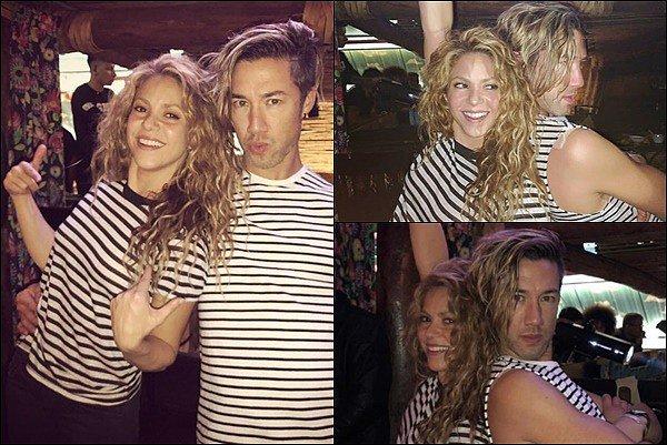 3 Novembre 2018 : Shakira est allée fêter la fin de la tournée avec des amis au Gaira Café à Bogota Shakira semblant encore en super forme, même après avoir donner son dernier concert ! J'aime beaucoup sa tenue :)
