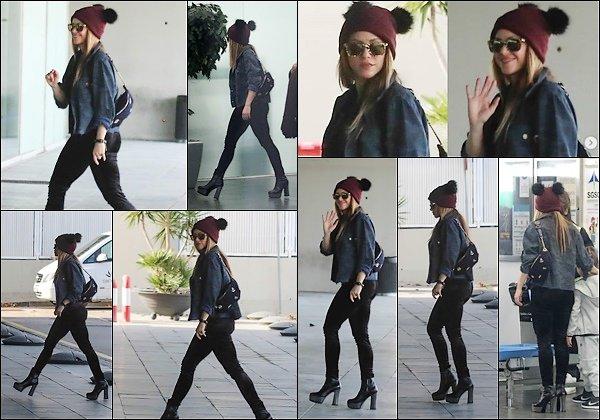 23 décembre 2018 : La superbe Shakira a été vu se rendant à l'aéroport de Barcelone en Espagne J'aime beaucoup sa tenue, ses bottines sont vraiment au TOP ! Elle est tellement mignonne avec son bonnet :)