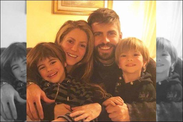 28 décembre 2018 : Shakira a posté une photo de sa jolie petite famille sur les réseaux sociaux Ils sont tellement magnifiques tous les quatre, ça fait plaisir de voir un si joli portrait de la famille Piqué-Mebarak