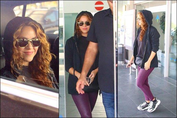 14 Octobre 2019 : Shakira a été vu lors de son arrivée à l'aéroport de Barcelone en Espagne La belle colombienne est superbe, j'aime bien son pantalon violet, très pratique pour prendre l'avion, un TOP :)