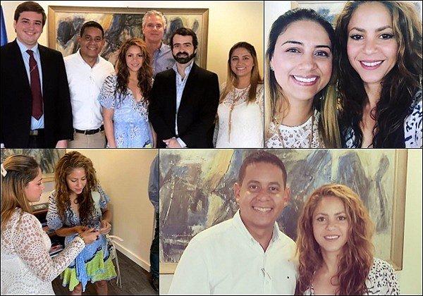 9 août 2019 : Shakira s'est rendu au consulat de Colombie à Miami et a pris quelques photos Shakira est superbe dans cette robe à motifs, j'aime beaucoup ses cheveux. Elle est absolument radieuse !