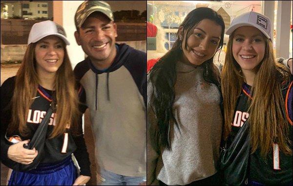 22 décembre 2019 : Shakira a pris des photos avec des fans chanceux à Miami, aux Etats-Unis Shakira est tout simplement resplendissante et très souriante ! J'aime beaucoup ses cheveux lissés avec la casquette