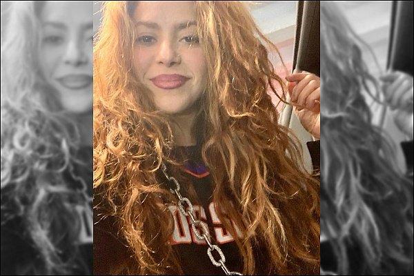 15 décembre 2019 : Shakira a posté une nouvelle magnifique photo d'elle sur les réseaux sociaux La sublime colombienne était resplendissante pour sortir. Son haut a l'air plutôt sympa et j'adore ses cheveux détachés *__*