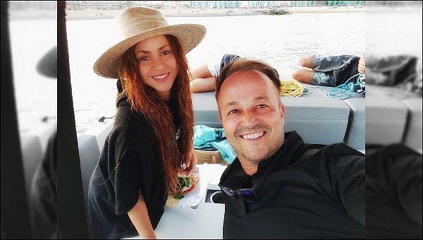 """31 août 2021 : Shakira a été prise en photo sur un bateau, elle est adorable avec son chapeau de paille :) Légende : """"un après-midi avec Shakira... cette Baranquillaise est sympa, simple et magnifique, ça a été un plaisir de l'avoir à bord"""""""