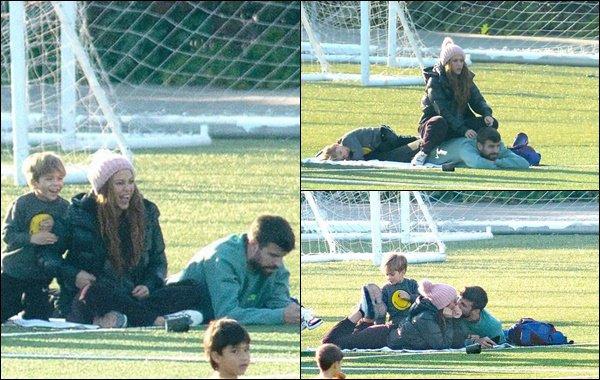 9 février 2020 : Shakira, Gerard et Sasha passant du temps ensemble dans un stade à Barcelone Ils sont adorables ! Shakira a l'air très heureuse. J'aime beaucoup sa doudoune et son bonnet rose :)