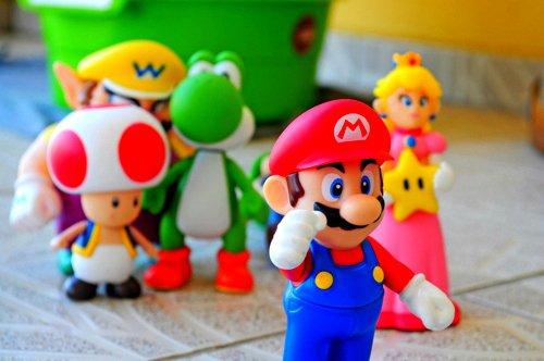Mario casse des briques rien qu'avec sa tête, mais dès qu'il touche une tortue il est mort, narmol.
