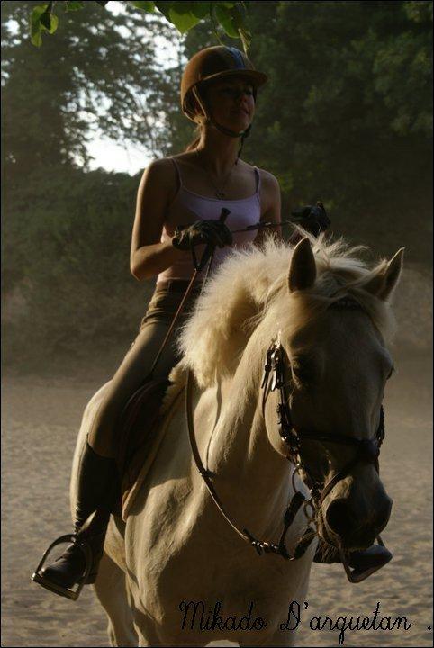 J'ai enfin montée mon petit poney blanc. Pas très longtemps il était un peu moumou j'ai pas voulu l'embêter. Mon ange blanc , mon poney parfait , mon Mikado a moi.