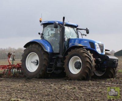 NEW HOLLAND T7070; CHARRUE