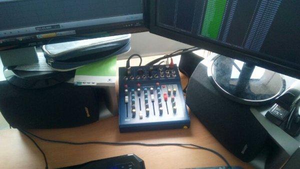 Hé hé hé, enfin équipé d'une table de mixage :D !
