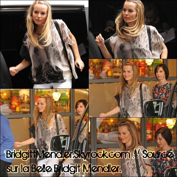 """* 25/08/2011 :  Bridgit et les acteurs de """"Lemonade Mouth"""" ont posé spécialement pour L.M à Londres.*"""