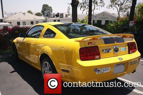 Q.T et sa voiture une superbe Ford Mustang jaune....