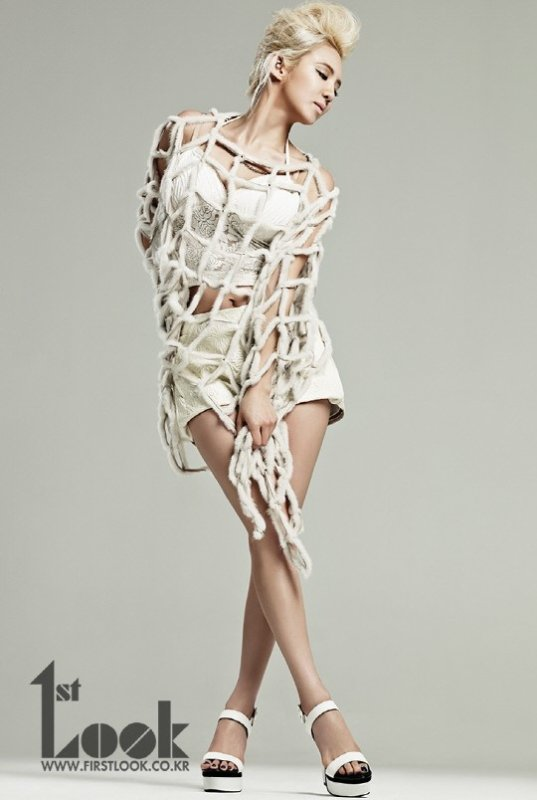 Hyoyeon (SNSD) pose pour 1st LOOK