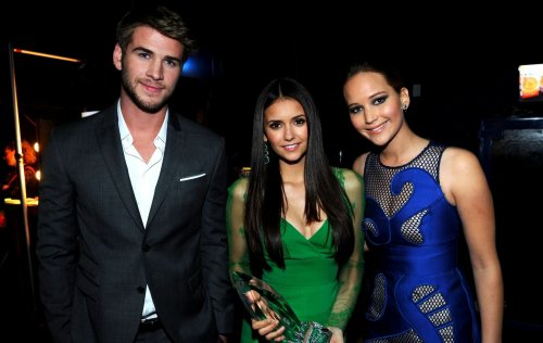 "11 janvier 2012: People's Choice Awards 2012 à Los Angeles. Nina Dobrev a gagné le titre de le titre de ""Favorite TV Drama Actress"". Elle a posé aux côtés de Emma Stone (The Help), Lea Michele (Glee), Liam Hemsworth et Jennifer Lawrence (Hunger Games)."