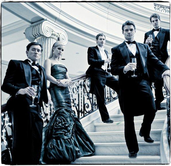 Cliché promotionnel des originaux avec Klaus, Elijah, Rebekah, Kol et Finn