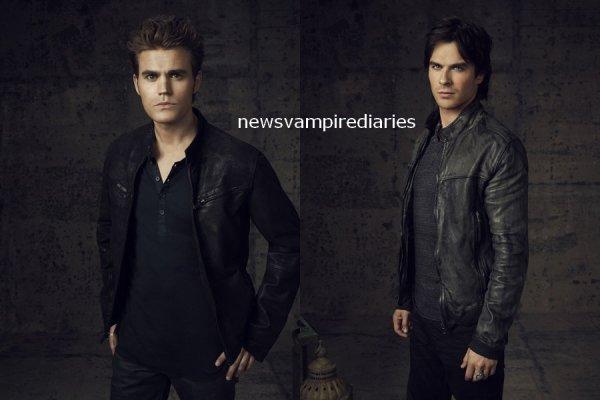 """Voici (enfin) quelques photos promotionnelles de la saison 4 de Vampire Diaries! Et je ne sais pas si vous avez remarqué mais sur certaines photos, il y a des objets derrière les personnages. Pour Elena, c'est une vieille horloge peut être pour montrer que l'heure tourne (par rapport à sa transition), pour Jeremy, il y a une arme pour combattre les vampires comme s'il """"remplaçait"""" Alaric et enfin, Elijah a des livres... Qu'en pensez vous?"""