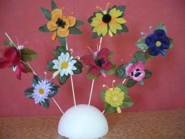 papillons de fleur réalisé avec  une fleur de soie ,une pince à linge ,un trombone et deux perles de verre .