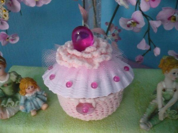 réalisé avec un pot de yaourt ,une coquille , du phil de tulle , des perles de verre .