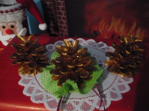 Des pommes de pin avant d' être décorées