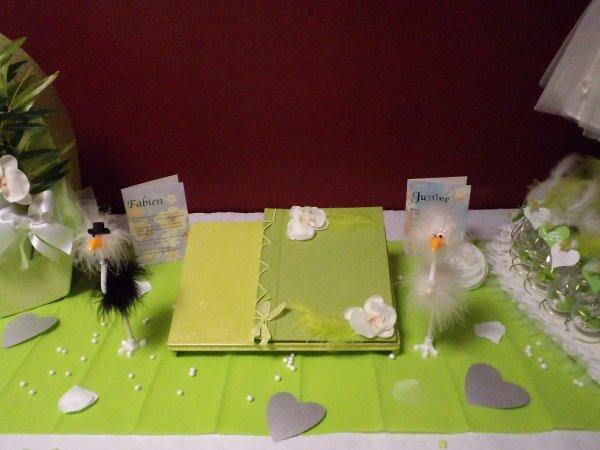 Les chandeliers , les menus , le livre d'or et l' urne .