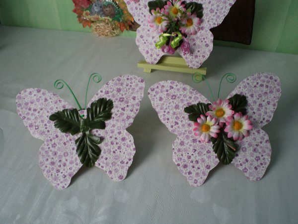 Un papillon décoré de fleurs .