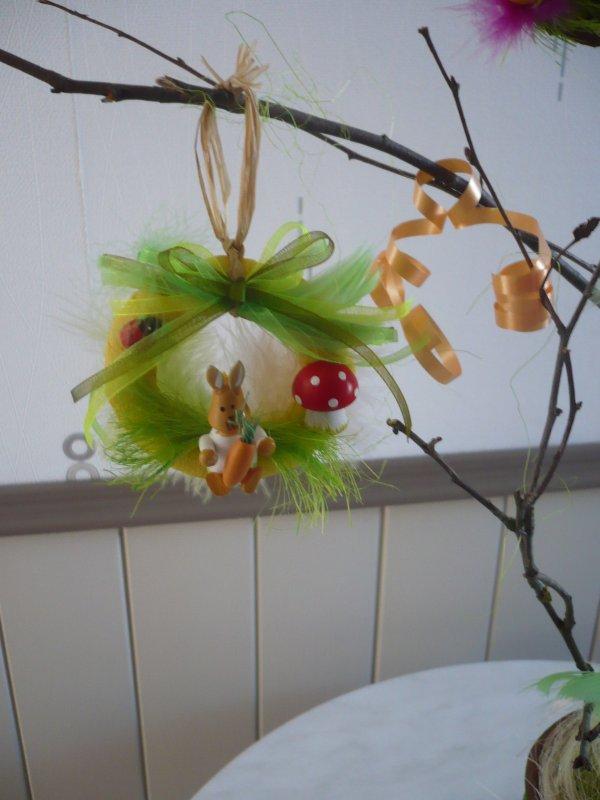 Un petit panier et des minis couronnes pour Pâques .