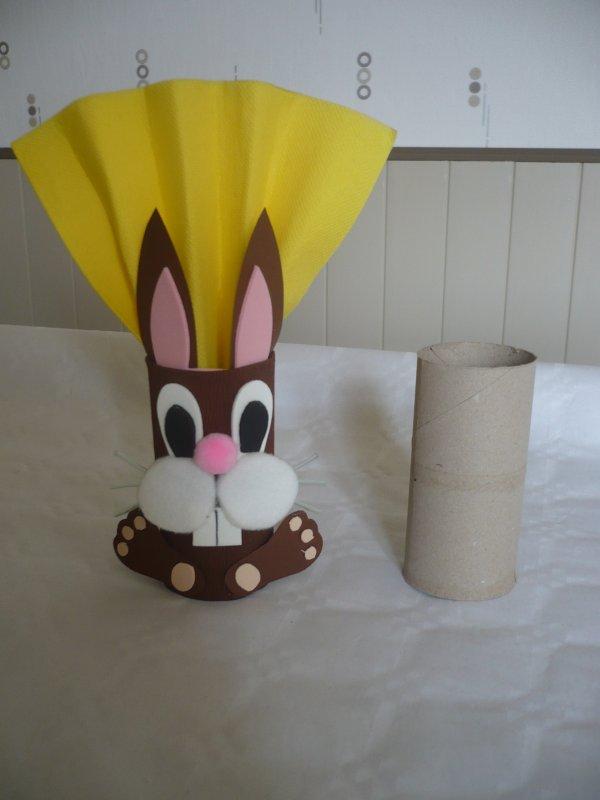 Un vase avec le rouleau en carton du papier toilette ou un porte serviette .