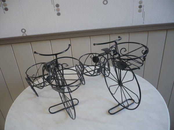 Des petits vélos en fer forgé décorés .